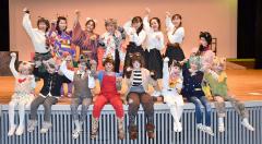 公演に向けて意気込む劇団員(前列左から4人目が主役の山田さん)