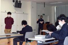 生徒を前に講演する川瀬さん(右奥)。左は頓所さん