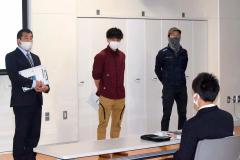 登壇した(右から)川瀬さん、頓所さんの紹介