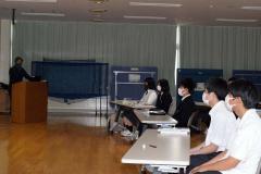 川瀬さん(左)の講話に耳を傾ける生徒