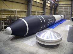 試作した実機サイズの推進剤タンク。左はゼロの実物大バルーン(インターステラテクノロジズ提供)