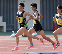 中学男子3000メートル2組 1着藤田圭悟(左、帯五)