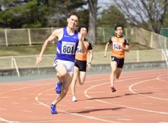 【男子200メートル5組】22秒15で1位となった大坂マクマニス将平(手前、東海大北海道-大樹高出)。100メートルではただ一人10秒台となる10秒99をマークした