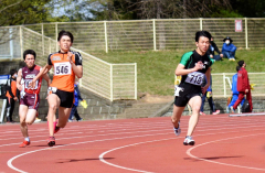 男子200メートル4組 1着高橋大成(右、帯畜大)