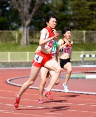女子200メートル3組 1着小野寺絢美(手前、帯柏葉高)