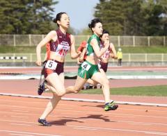 女子200メートル2組 1着大道莉奈(中央、帯南商高)、2着森住澪音(左、帯三条高)、3着内藤琉杏(右、同)
