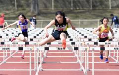 中学女子100メートル障害2組 山田咲矢花(中央、勇足)