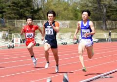 男子100メートル31組 1着浅野優輝(右、東海大北海道-白樺学園高出)、2着島尻真武(中央、白樺AC)