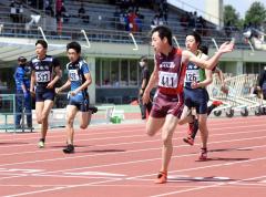 男子100メートル30組 1着稲見克宥(右、帯三条高)