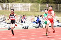 女子100メートル21組 1着小野寺絢美(右、帯柏葉高)