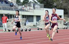 女子100メートル20組 1着森住澪音(右、帯三条高)