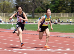 女子100メートル14組 1着吉田妃花(右、帯緑園中)、2着塩谷明里(左、士幌中央中)