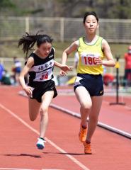 女子100メートル7組 1着吉川璃呂(左、緑南中)、2着菊地花奈(右、帯緑園中)