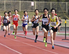 男子1500メートル3組 1着林柚杏(右、帯一中)
