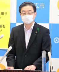 新型コロナワクチン接種について説明する米沢市長(18日午前11時半ごろ)