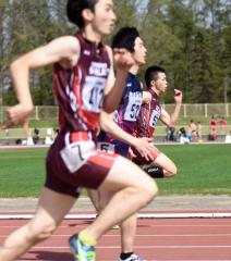 男子200メートル3組 1着酒井悠宇(奥、帯三条高)