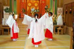 「榊舞」を練習する4人