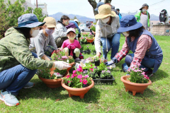 花の育て方を学ぶ参加者