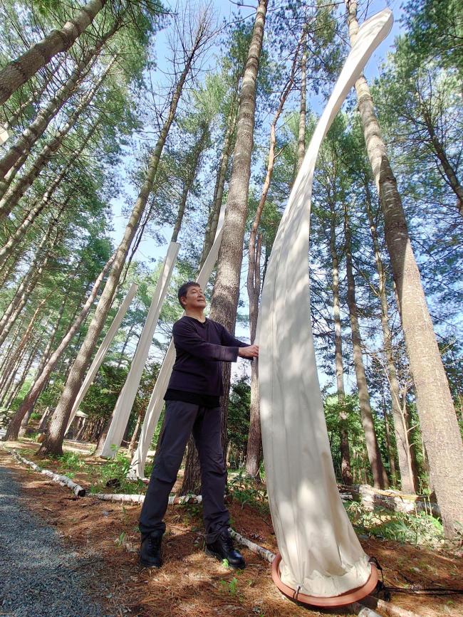 森に溶け込む柱 梅田さん作品展 真鍋庭園で開催