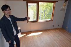 客室用に改装した2階の一室を披露する小松さん