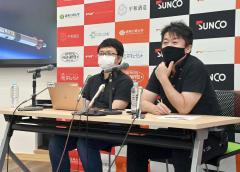 記者会見で改良したモモについて説明する(左から)稲川社長、堀江氏(小山田竜士撮影)
