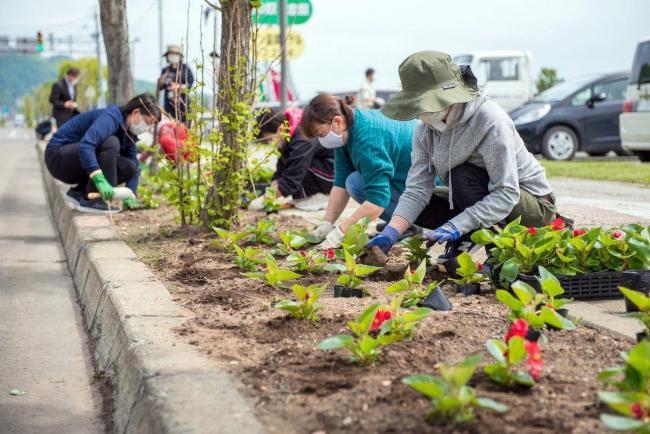 忠類市街地で花植え 幕別