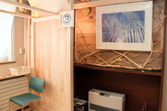 木村師長が描いた絵と、木の枝で作ったオブジェ