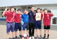 男子3年生選手と橋本賢監督(右から3人目)