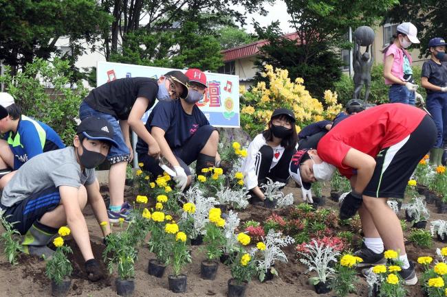 川西小6年生が「人権の花」植え 校内に330株