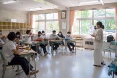 石澤さん(右)の話に真剣に耳を傾ける生徒