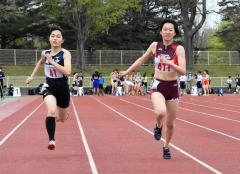 女子100メートル18組 1着森住澪音(右、帯三条高)