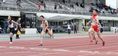 女子100メートル19組 1着小野寺絢美(右、帯柏葉高)