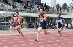 男子100メートル22組 1着島尻真武(手前、白樺AC)