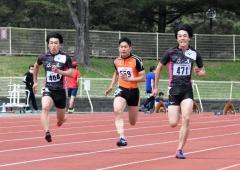 男子100メートル23組 1着廣富葵士(右、広尾高)