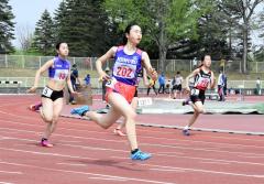 中学女子200メートル4組 1着永井綾乃(手前、芽室)
