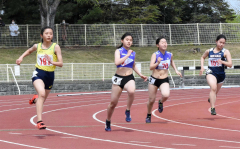 中学女子200メートル5組 1着米田紗羽(左、帯緑園)