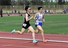 男子1500メートル7組 1着滝澤拓海(左、鹿追陸協) 2着雪田圭将(右、手稲鉄北)