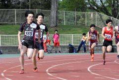 男子400メートルリレー5組 広尾高。左から4走佐々木啓吾、3走冨波光希