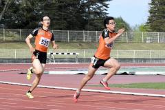 男子400メートルリレー5組 白樺学園高。左から3走永井雅樹、4走松原蓮
