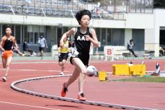 【小学5年女子800メートル】2周目で後続を引き離しに掛かる人見仁菜(右、足寄陸少)。2分30秒93の十勝新をマークした