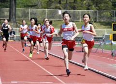 小学6年女子800メートル 1位沢優季那(右から2人目、十勝陸ク)。右は2位の土井尋菜(同)