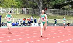 女子400メートル2組 1着高橋萌生(手前右、帯南商高) 2着伊藤瑠里(同左、同)
