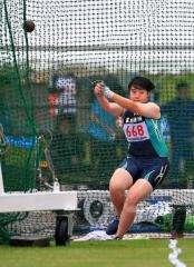 【女子ハンマー投げ決勝】強い雨が降る中で投てきする西岡優希(幕別清陵)。37メートル57で4位に入り、インターハイ出場を決めた