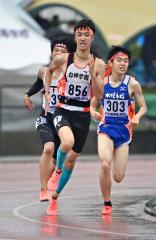 【男子1500メートル決勝】スパートをかけて前を追う関雄也(白樺学園)
