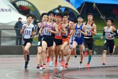 【男子1500メートル決勝】序盤からレースを引っ張る菅原広希(左から3人目、札幌日大)