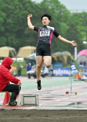 【男子走り幅跳び決勝】6メートル64を跳んで8位に入った小山内将太(広尾)