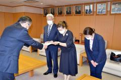 田中副市長に要望書を手渡す(右から)新田園長、佐藤みゆき会長、佐藤三幹会長