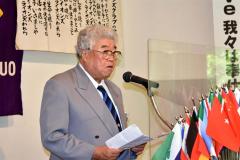 記念式典であいさつする安岡委員長