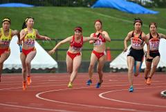 【女子400メートルリレー決勝】帯柏葉の3走・上妻心桜(右から3人目)から4走・藪内瑞生(同4人目)にバトンが渡る