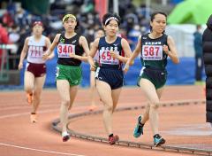 【女子1500メートル決勝】前を行く選手にぴたりと付けて周回する佐藤わかな(帯農)